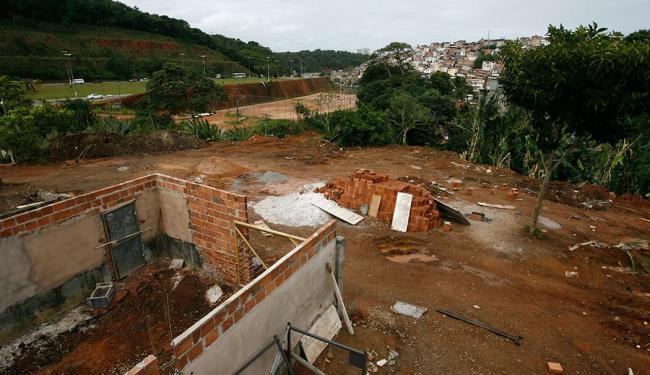 Na manhã desta segunda, não havia ninguém trabalhando no local, nem fiscais da Sucom - Foto: Raul Spinassé | Ag. A TARDE