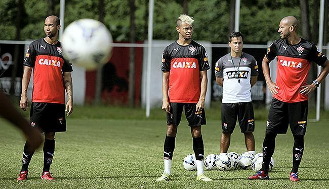 Dinei (E) e William Henrique (C) voltam a formar dupla de ataque titular - Foto: Marco Aurélio Martins | Ag. A TARDE