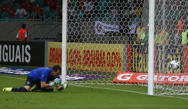 Marcelo Lomba se lamenta após engolir um frangaço - Foto: Carlos Casaes   Ag. A TARDE