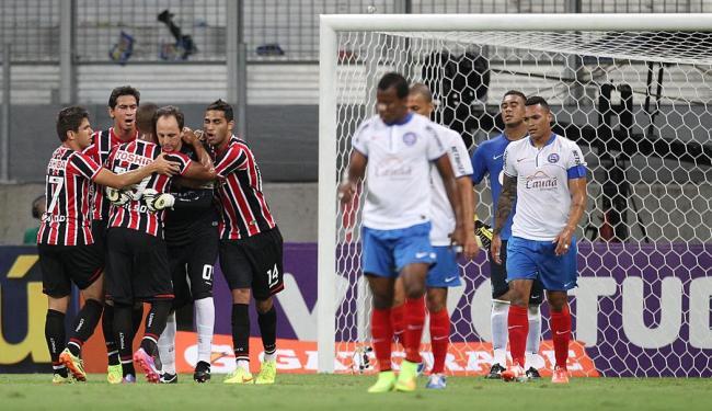 São-paulinos comemoram e atletas do Bahia lamentam gol de Rogério Ceni - Foto: Lúcio Távora   Ag. A TARDE