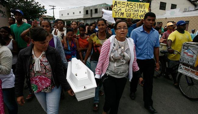 Comoção durante enterro da menina de 1 ano - Foto: Luiz Tito | Ag. A TARDE