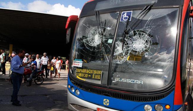 Ônibus teve para-brisa e janelas laterias quebrados - Foto: Joa Souza | Ag. A TARDE