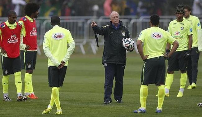 Felipão orienta os jogadores no último treino - Foto: Marcelo Regua l Reuters