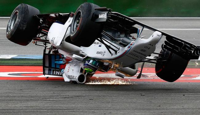 Felipe massa bateu e capotou logo na primeira curva - Foto: Kai Pfaffenbach| Reuters