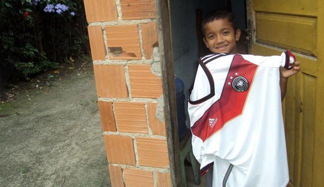 O garoto Otávio exibe camisa que ganhou de Khedira - Foto: Ricardo Palmeira | Ag. A TARDE