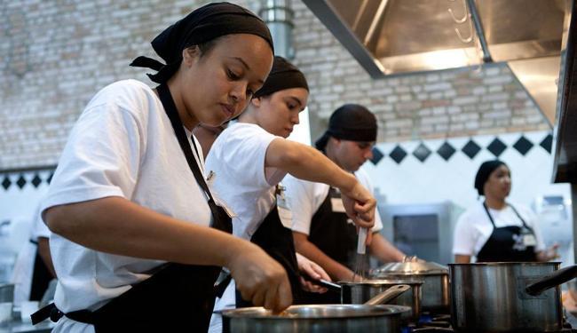 O projeto oferece cursos de capacitação gratuitos para jovens de baixa renda - Foto: Gastromotiva | Divulgação