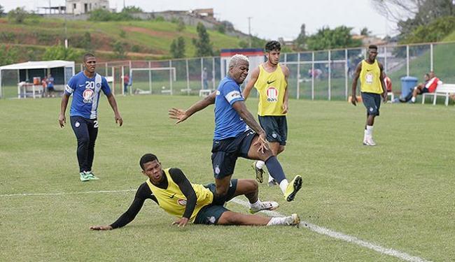 Com cabelo loiro, Guilherme Santos retomou a posição na lateral-esquerda - Foto: Marco Aurélio Martins | Ag. A TARDE