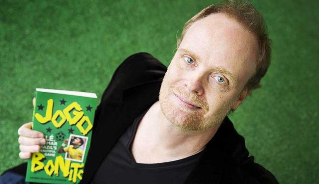 Jönsson e seu livro sobre o futebol brasileiro - Foto: Daniel Nilsson | Pressphoto | Divulgação