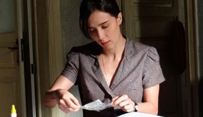 Cora cola pedaços do jornal que Eliane rasgou - Foto: Divulgação | TV Globo