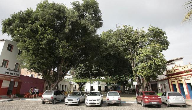 João Ubaldo Ribeiro costumava passar horas na praça Quitanda, com familiares e amigos - Foto: Mila Cordeiro   Ag. A TARDE
