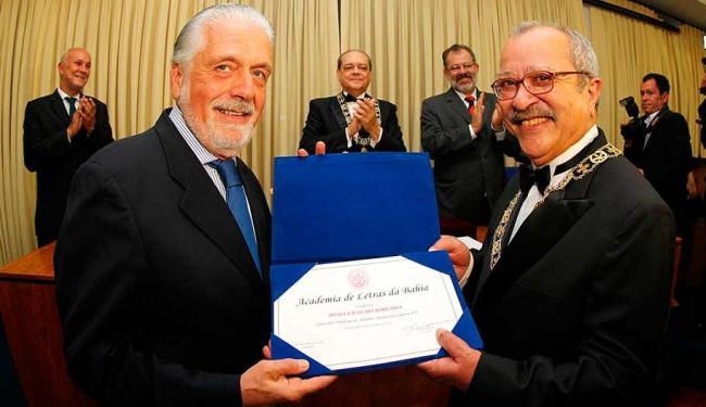 Jaques Wagner entregando o título da Academia de Letras da Bahia para João Ubaldo - Foto: Manu Dias | GOVBA | Divulgação