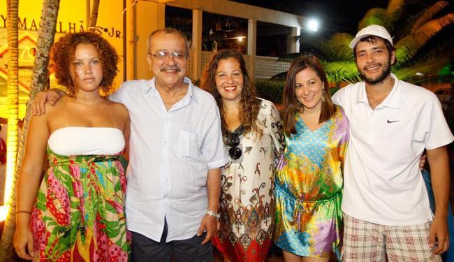 Bento com o pai João Ubaldo Ribeiro e as irmãs Chica Ribeiro, Emília Ribeiro e Manuela Ribeir - Foto: Lúcio Távora | Ag. A TARDE | 23.01.2011