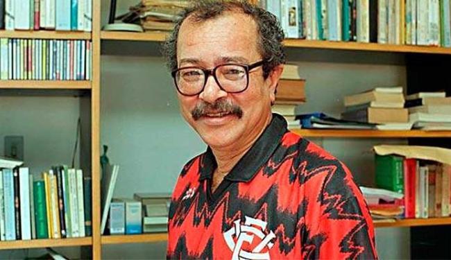 João Ubaldo vestido com uma das camisas do time baiano - Foto: Reprodução