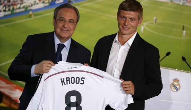 Kross posa ao lado de Florentino Perez, presidente do Real Madrid - Foto: Andrea Comas | Ag. Reuters