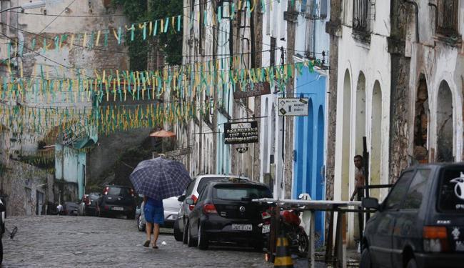 Serralheiros terão de deixar a via durante intervenção na Ladeira da Conceição - Foto: Raul Spinassé | Ag. A TARDE