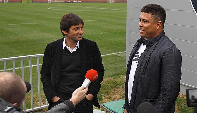 Cotado para substituir Parreira como coordenador técnico do Brasil, Leonardo posa ao lado de Ronaldo - Foto: Remy de la Mauviniere l AP Photo