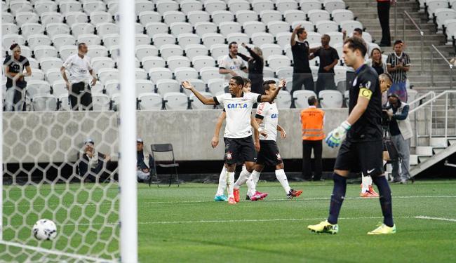 Elias comemora 1º gol do Timão e Lomba vai buscar a bola dentro da meta - Foto: Ale Vianna | Folhapress