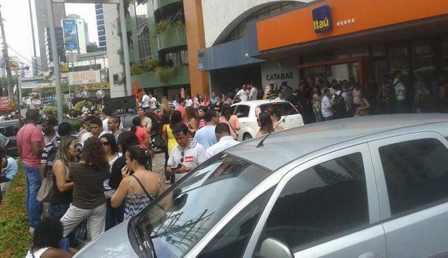 Manifestante se concentram em frente ao ed. comercial Catabas Center - Foto: Marianna Meireles | Ag. A TARDE