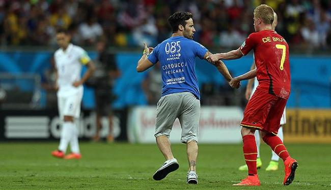 O jogador belga De Bruyne pediu que o italiano deixasse o gramado da Fonte Nova - Foto: Raul Spinassé | Ag. A TARDE