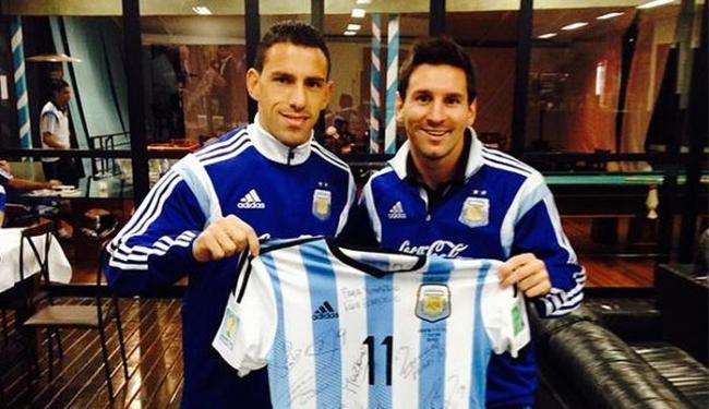 Maxi Rodríguez e Lionel Messi com a camisa do Papa Francisco - Foto: Reprodução l Twitter