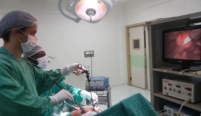 Procedimento cirúrgico em hospital do SUS: carência de médicos leva o governo federal a ampliar a of - Foto: Andréa Sued | Divulgação