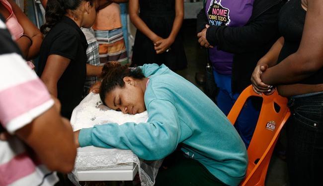 A mãe da criança, Adriele Almeida dos Santos, durante o velório - Foto: Luiz Tito   Ag. A TARDE