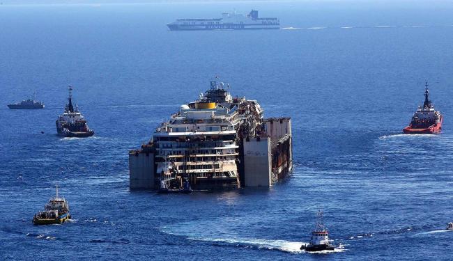 Equipes iniciam operação para retirar o navio, que naufragou em 2012 na região central da Itália - Foto: Agência Reuters