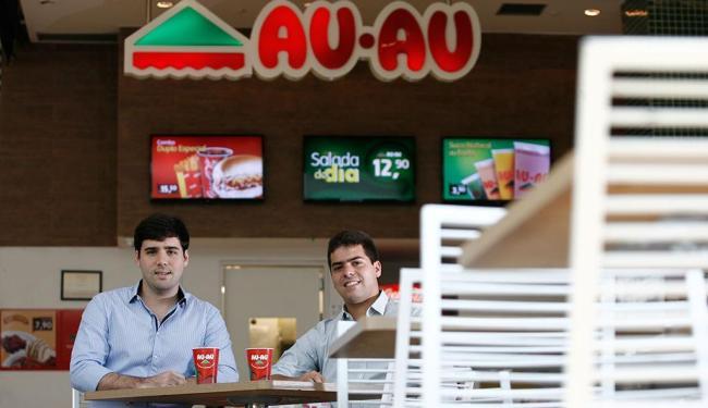 Ricardo Garcez e Pedro Sá apostaram na salsicha grelhada - Foto: Raul Spinassé | Ag. A TARDE
