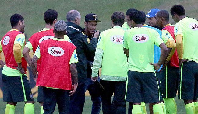 Neymar (C) reencontrou seus companheiros de Seleção Brasileira na tarde desta quinta - Foto: Jefferson Bernardes l VIPCOMM