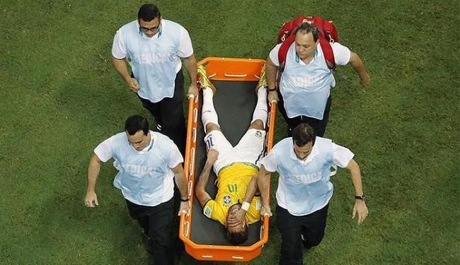 Neymar deixa o campo de maca após sofrer joelhada nas costas - Foto: Fabrizio Bensch l Reuters