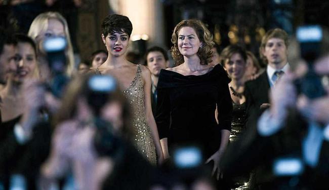 Duda (Sophie Charlotte) é a filha adotiva da anfitriã, Angela Mahler (Patricia Pillar) - Foto: Estevam Avellar   Divulgação   TV Globo