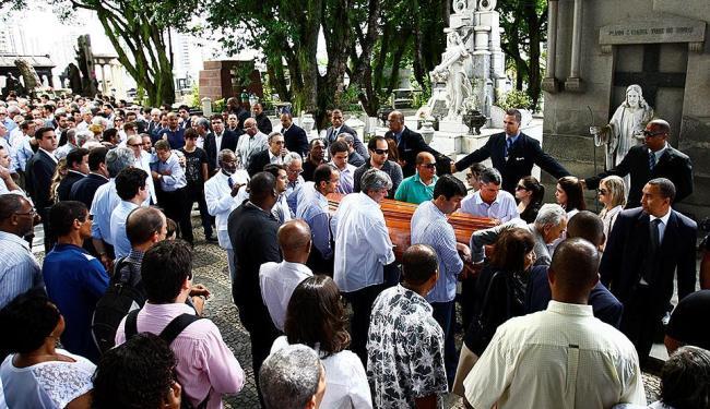 Parentes e amigos em frente à igreja do cemitério - Foto: Fernando Vivas | Ag. A TARDE