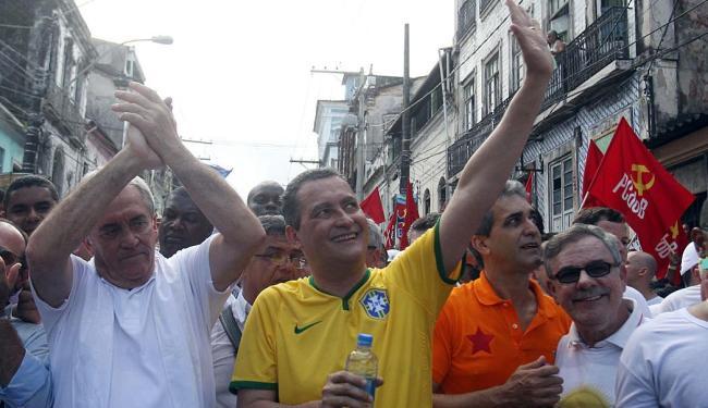 O petista Rui Costa (centro) cobriu o trajeto do 2 de Julho ao lado do candidato ao Senado pelo PT O - Foto: Lúcio Távora | Ag. A TARDE