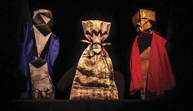 Montagem utiliza teatro de sombras e bonecos de papel para contar história de ambição e poder - Foto: Larissa Nowa | Divulgação