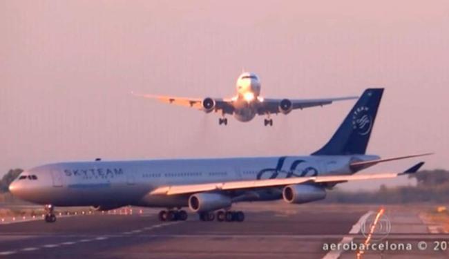 Momento em que os dois aviões parecem estar perto de se chocar - Foto: Reprodução