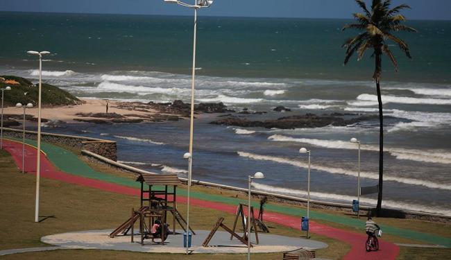Praia da Boca do Rio está entre as não indicadas para banho - Foto: Raul Spinassé   Ag. A TARDE