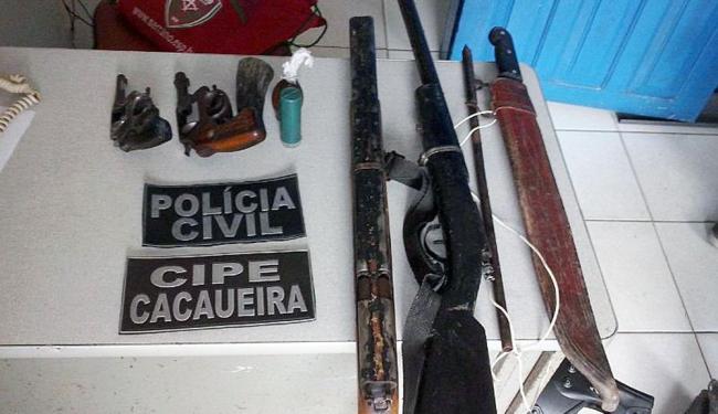 Policiais apreenderam armas de fogo, um facão e uma moto durante a operação - Foto: Divulgação