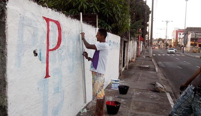 Tiago substitui a propaganda de um candidato nas últimas eleições por um outro que sai a deputado - Foto: Donaldson Gomes | Ag. A TARDE