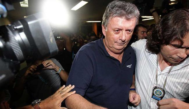 Raymond Whelan (C) chega na 18ª DP, no centro do Rio de Janeiro - Foto: Marcos de Paula | Estadão Conteúdo