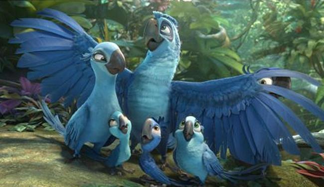 Blu, jade e seus três filhotes em cena de
