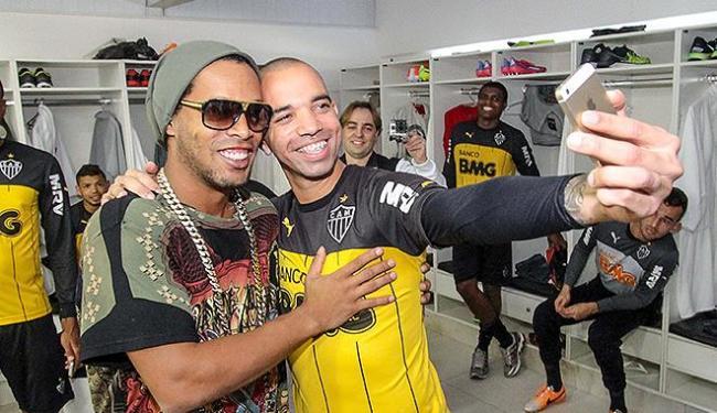 Em sua despedida, Ronaldinho tira selfie com Diego Tardelli - Foto: Bruno Cantini l CAM