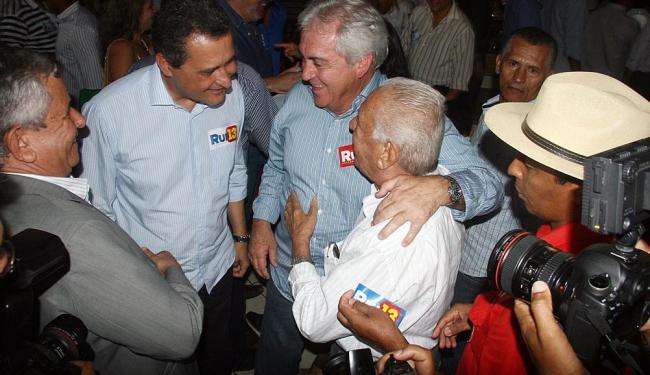 Rui Costa (E) e Otto Alencar (D) são recebidos por correligionários em Barreiras - Foto: Miriam Hermes | Ag. A TARDE