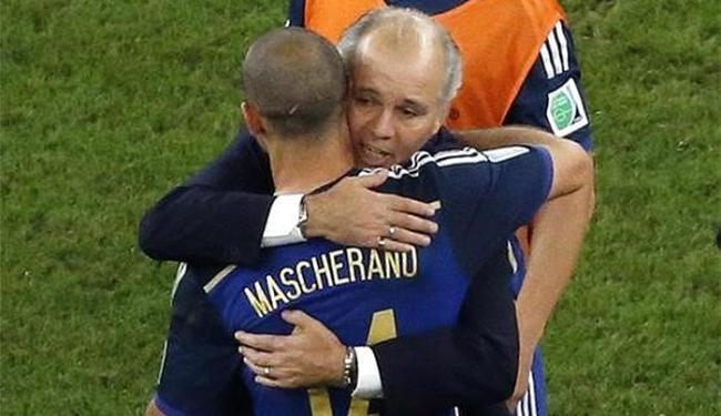 Técnico argentino consola Mascherano após derrota para a Alemanha - Foto: Fabrizio Bensch l Reuters