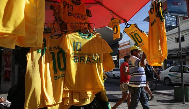 Bancas de camelôs oferecem farta variedade de uniformes da Seleção Canarinho - Foto: Sara Maia | O POVO
