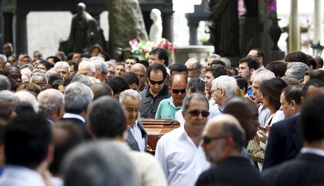 O caixão com o corpo do empresário é conduzido por familiares e amigos para o mausoléu da família - Foto: Fernando Vivas | Ag. A TARDE