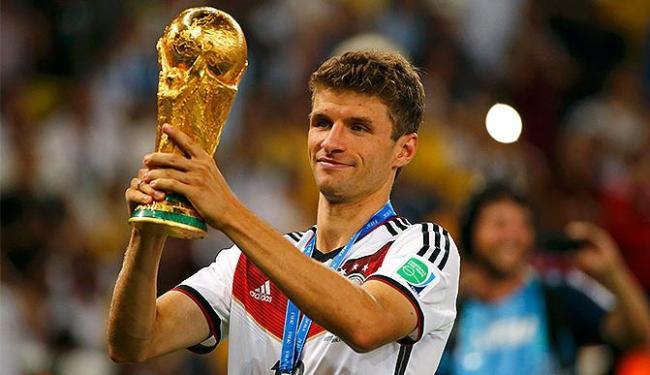 Thomas Müller ergue a taça após conquistar o triunfo sobre a Argentina - Foto: Michael Dalder l Reuters
