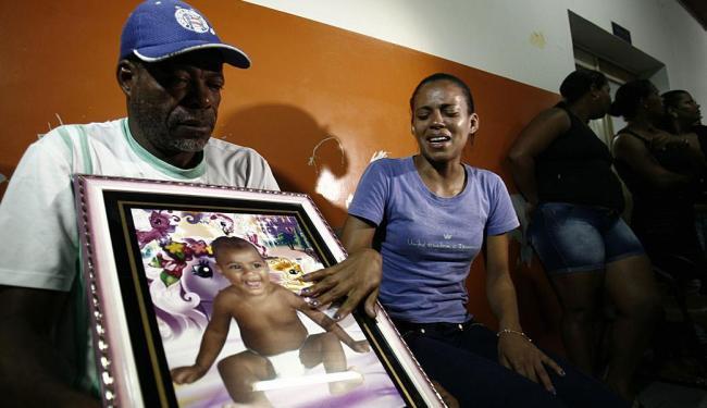Tia de Maria Vitória disse que o cunhado estava com a bebê no colo quando entraram atirando na casa - Foto: Luiz Tito | Ag. A TARDE