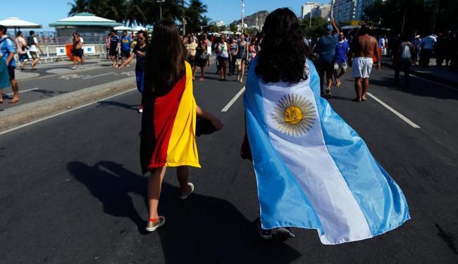 No Rio de Janeiro, torcedoras da Alemanha e da Argentina andam lado a lado - Foto: Agência Reuters