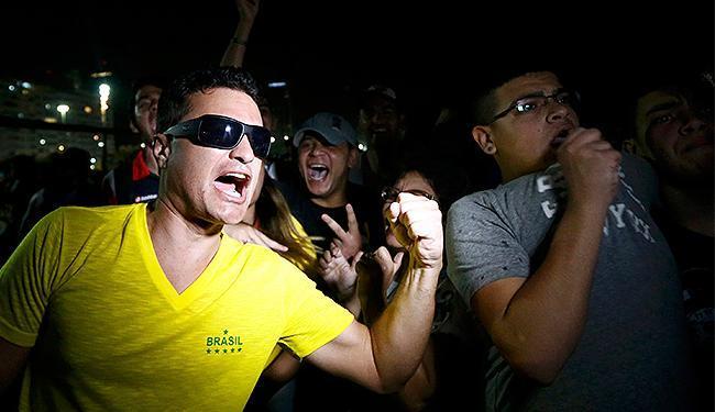 Torcida brasileira celebram título da Alemanha na praia de Copacabana - Foto: Marcos Brindicci l Reuters