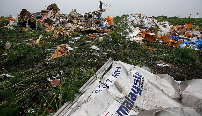 Destroços do avião abatido são vistos perto da aldeia de Rozsypne - Foto: Agência Reuters